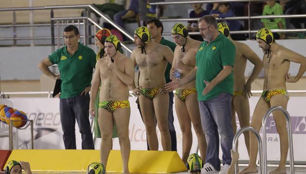 Foto del técnico del Waterpolo Navarra, Manel Silvestre, da indicaciones a sus jugadores durante un partido de la pasada temporada.