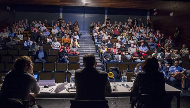 Foto de ya antes de empezar se habían ocupado la mayoría de los asientos de la sala del Civivox Iturrama.