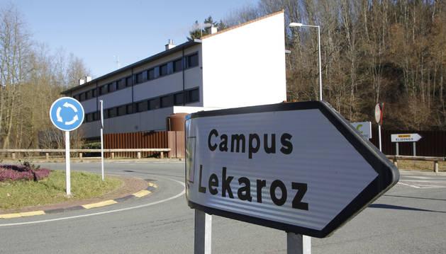 Foto de un cartel indicador del campus de Lekaroz.