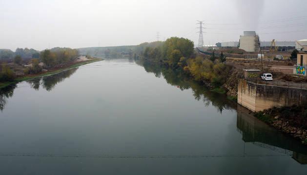 Foto de sobre las rocas de la derecha, en el río Ebro a su paso por Castejón, apareció el cuerpo. Había sido arrojado por la barandilla.