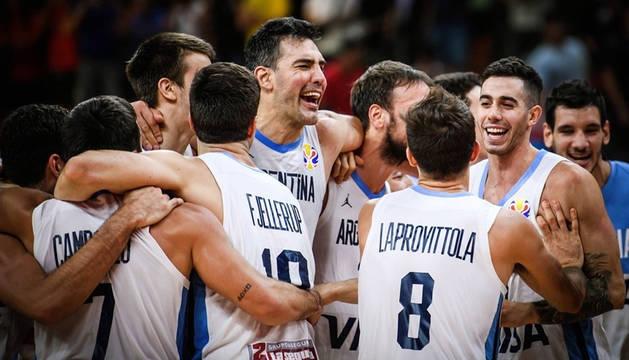 Scola y sus compañeros celebran la victoria de Argentina.