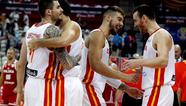 Los jugadores de la selección española celebran la victoria ante Polonia al término del partido correspondiente a los cuartos de final del Mundial de Baloncesto de China, disputado este martes en el Shangai Oriental Sports Center de la ciudad china de Shangai.