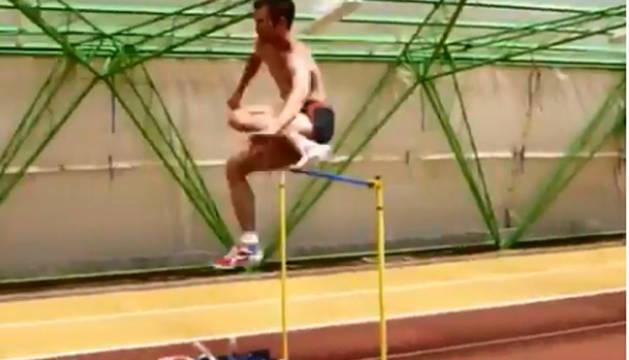 El campeón olímpico de altura en Atenas 2004se retiró en 2008, pero como se aprecia en el vídeo conserva una forma física envidiable.