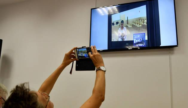 Foto de una periodista fotografiando desde la sala de prensa la declaración por video conferencia de la hija de Ana Julia Quezada en la segunda sesión de el juicio con jurado popular por el asesinato del pequeño Gabriel Cruz.