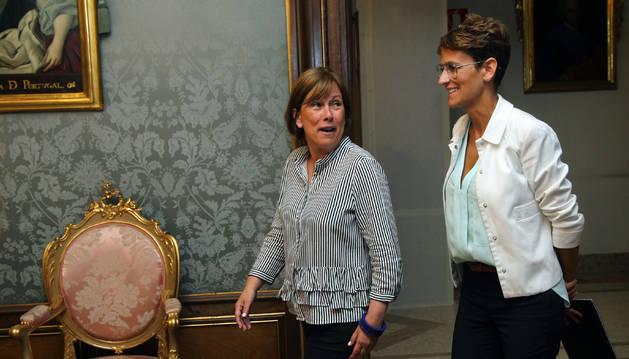 Foto de Uxue Barkos y María Chivite, durante su traspaso de poderes a inicios del pasado agosto en el Palacio de Navarra.