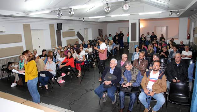 Foto de asistentes a la reunión informativa que tuvo lugar ayer en la casa de cultura de la localidad.