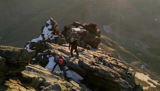 Una cordada, ascendiendo por la arista Hörnli del Cervino.