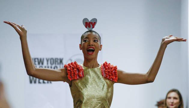 Una modelo presenta una creación de la diseñadora española durante la pasarela de Diseñadores de Latinoamérica, en la quinta y penúltima jornada de la Semana de la Moda de Nueva York.