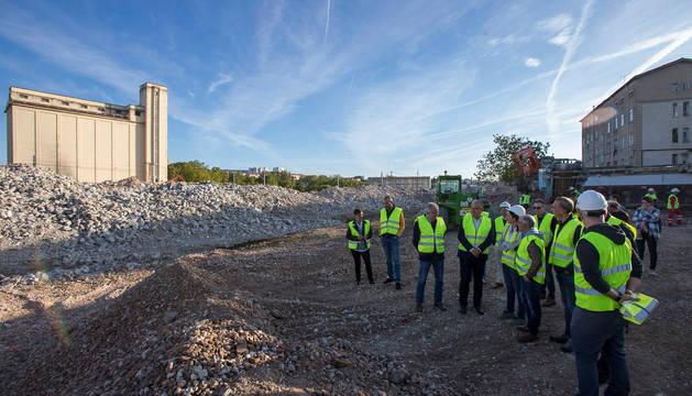 Foto del alcalde de Pamplona, Enrique Maya, visitando las obras de derribo de las instalaciones.