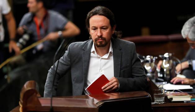 Pablo Iglesias se sube al estrado del Congreso de los Diputados.
