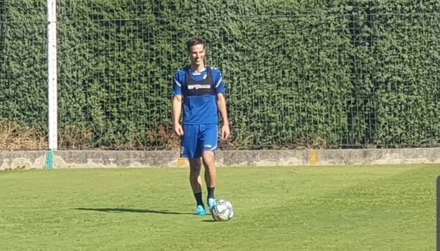 Iñigo Pérez se calza las botas y ya toca balón