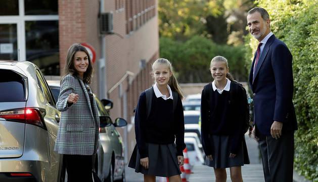 Foto de los reyes acompañando a sus hijas, la princesa Leonor y la infanta Sofía, a su primer día de clase en el colegio privado Santa María de los Rosales de Madrid.
