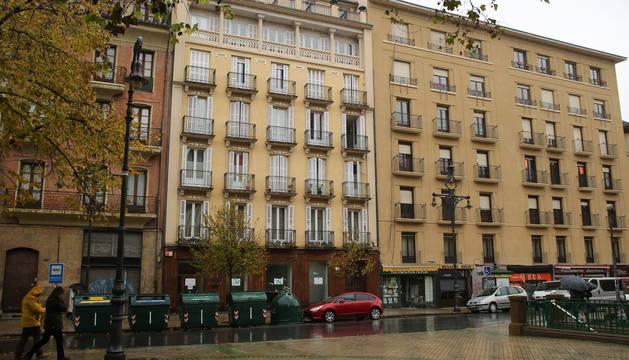 En el centro, fachada del edificio que acoge la vivienda municipal.