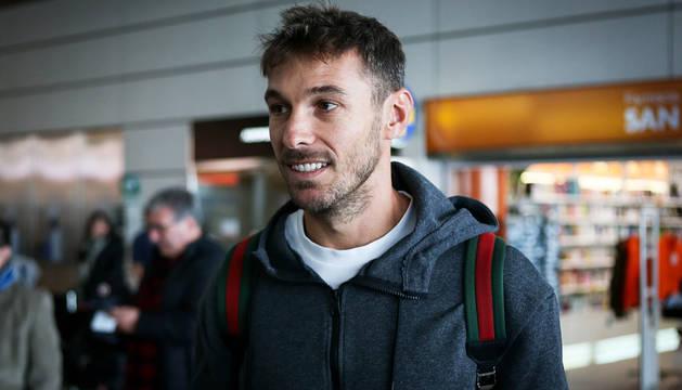 El delantero español y ex del C.A. Osasuna, XIsco Jiménez, a su llegada a Montevideo.