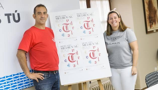 Foto de Miguel Carrasco, coordinador de la empresa organizadora, e Irune García, edil responsable del área de Promoción de la Ciudad.