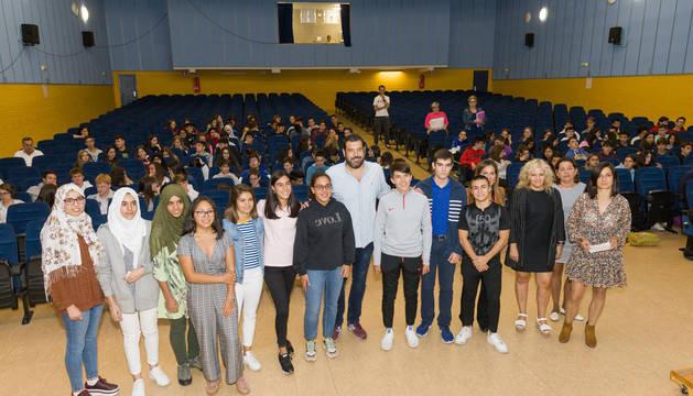 Santiago Díaz, en el centro de la imagen, rodeado de alumnos integrantes del jurado y patrocinadores del concurso.