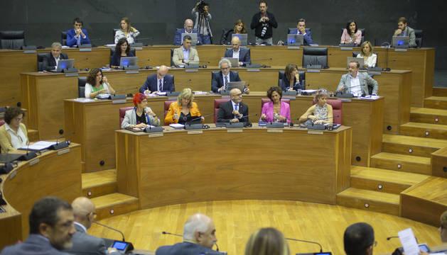 La nueva estructura del Ejecutivo ha obligado a crear más escaños en la primera fila del Parlamento, la del Gobierno. Ellos, 20 cm de separación, el resto, 1 metro.