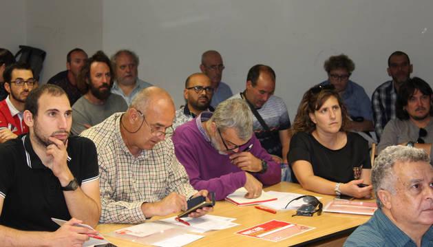 Foto de José Mª Martínez (UCAN); Imanol Ibero (EHNE); Iñaki Mendióroz (UAGN); el director general del departamento de Administración Local y Despoblación, Jesús Mari Rodríguez; Jesús Ceras (CCOO) y José María Díaz Bustamante, del gabinete económico de CCOO de Industria.