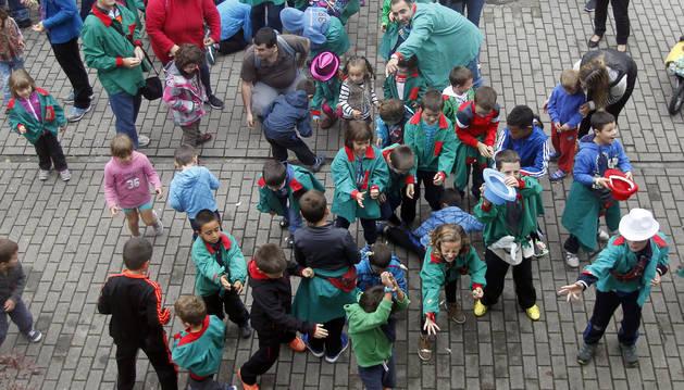 Foto de pequeños y mayores rivalizan en la obtención de caramelos lanzados después del cohete.