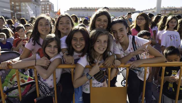 Foto del público más juvenil, con algunos asistentes disfrazados, se situó detrás de la valla para vivir en directo el inicio de cuatro días de fiestas en Ansoáin.