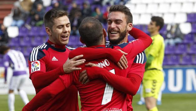 Foto de Torres y Pucko abrazan a Nino, autor del gol que dio la última victoria a Osasuna en Valladolid el 22 de noviembre de 2015.