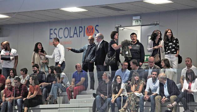 Foto de los asistentes al acto de ayer en las gradas del nuevo polideportivo subterráneo.