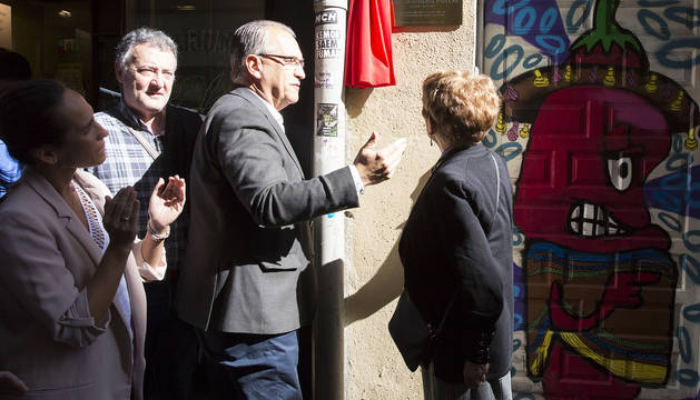 Momento en el que el alcalde Enrique Maya descubre la placa en homenaje a Iñaki Astondoa.