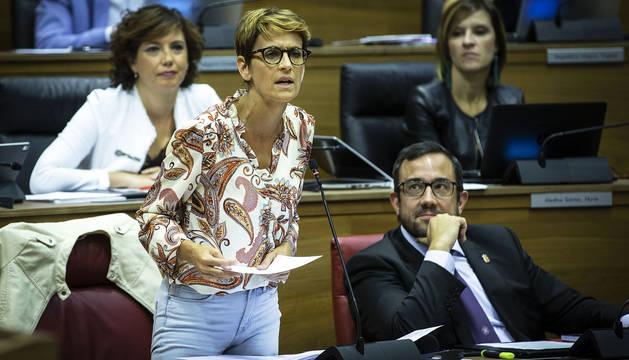 La presidenta, María Chivite, durante la primera sesión en el Parlamento de Navarra.