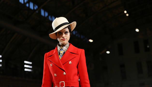 Foto de una modelo desfilando en Nueva York una de las creaciones del diseñador Marc Jacobs para su colección de primavera 2020.