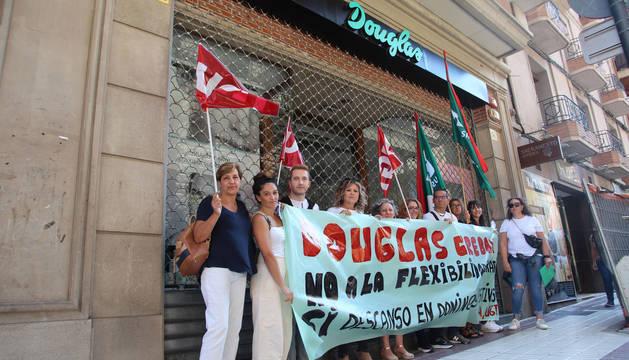 Foto de rabajadoras de Douglas, este jueves en Tudela.