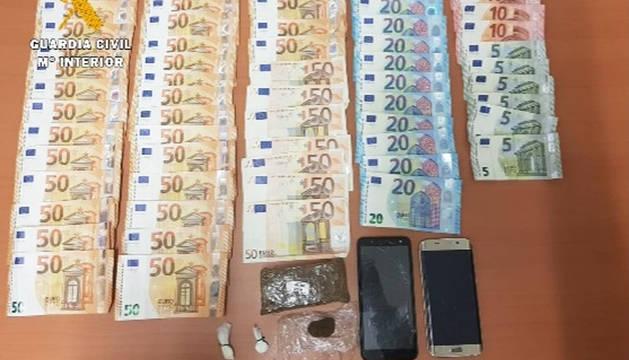Billetes y droga incautados por la Guardia Civil en el control de Alsasua.