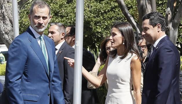 Imagen de los reyes saludando al público asistente a la inauguración de la exposición en Sevilla.
