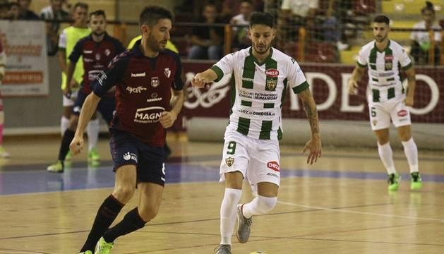 Roberto Martil, jugador de Osasuna Magna, ante David Leal, del Córdoba Patrimonio de Humanidad.