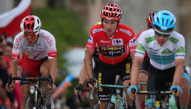 El ciclista esloveno Primôz Roglic, junto al colombiano Miguel Ángel López