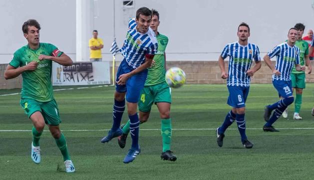 El capitán del Izarra, Alejandro Hinojosa, tras golpear un balón ayer en el estadio de Merkatondoa durante el partido ante el Sanse de Xabi Alonso.