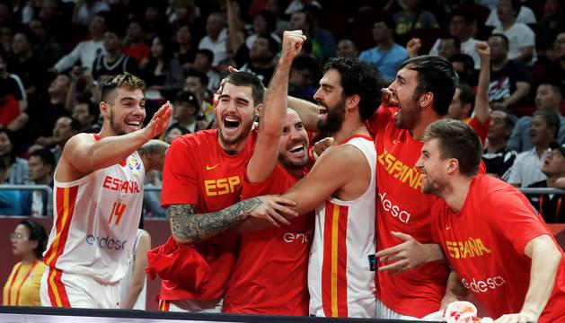 Alegría en el banquillo de España tras lograr el pase a la final al derrotar a Australia en las semifinales.