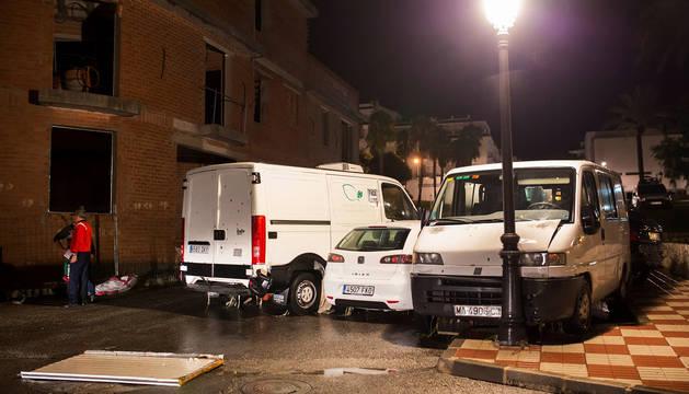Varios de los vehículos que han sido arrastrados por las lluvias en la localidad de Alahurín El Grande (Málaga).
