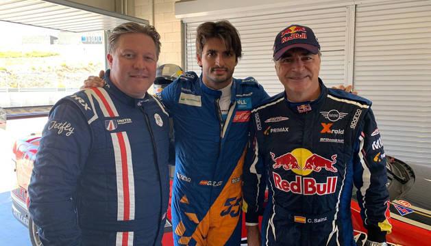 Zak Brown, Carlos Sainz hijo y Carlos Sainz padre, en el Circuito de Navarra en Los Arcos.