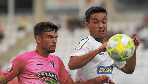 El centrocampista del Tudelano Miguel Díaz lucha por hacerse con el balón.