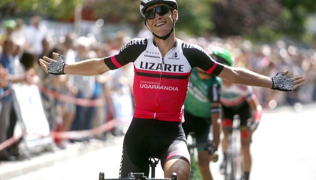 Íñigo Elósegui celebra la victoria en la prueba de Alsasua, la última del Euskaldun.