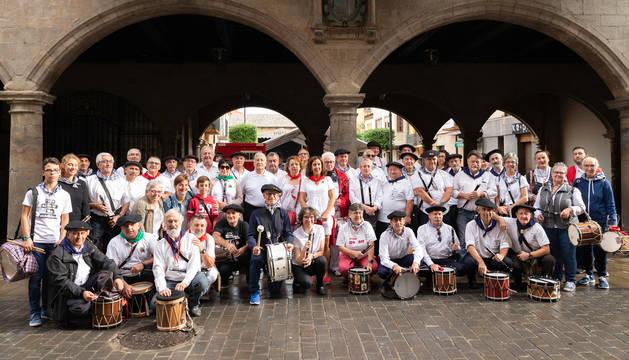 Grupos de txistularis de Navarra, Guipúzcoa y País Vasco francés posan en los portales del Ayuntamiento de Sangüesa.