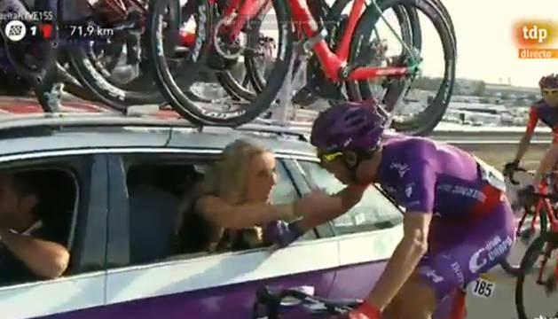 El ciclista Jesús Ezquerra pide matrimonio a su novia en mitad de la última etapa