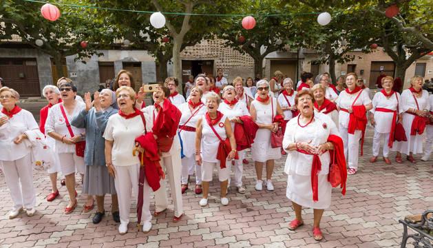 Imagen de las vecinas de Fitero presentes en el paseo de San Raimundo para presenciar el lanzamiento del cohete del Día de la Mujer.