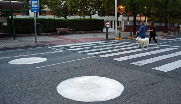 foto de En distintas vías de Pamplona hay pintados círculos blancos como los de la imagen, preparativos de las señales de calle 30 km/hora.