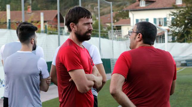 El entrenador del Beti Kozkor, Rodri Fernández, charla con su analista táctico, Álvaro Etxarri, durante una sesión de entrenamiento.