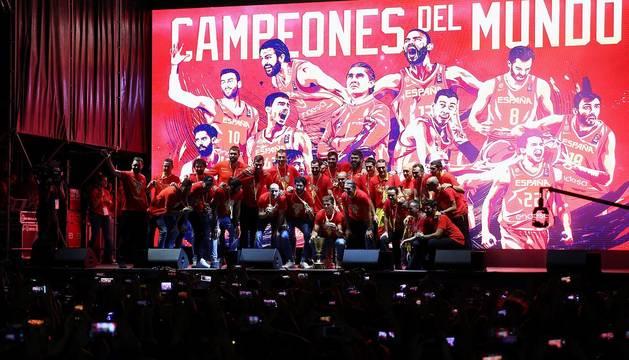Los Reyes y Pedro Sánchez han recibido a los integrantes de la selección, que después han recorrido las calles de Madrid en un autobús descapotable para culminar en una fiesta en la plaza de Colón.