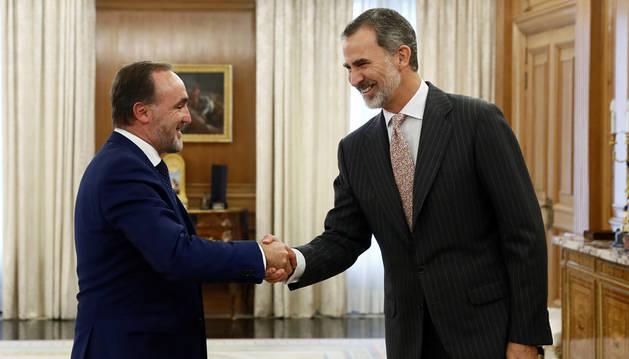 El rey Felipe VI saluda al líder de la coalición Navarra Suma, Javier Esparza, hoy Lunes en el palacio de la Zarzuela.