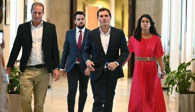 foto de Albert Rivera y su equipo, a su salida de la reunión con Pablo Casado