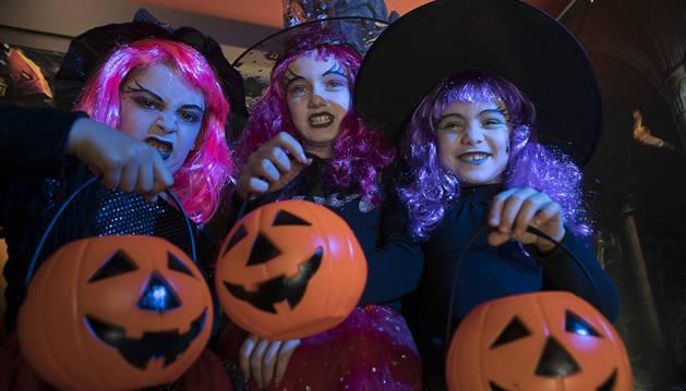 Foto de tres niños disfrazados por Halloween.