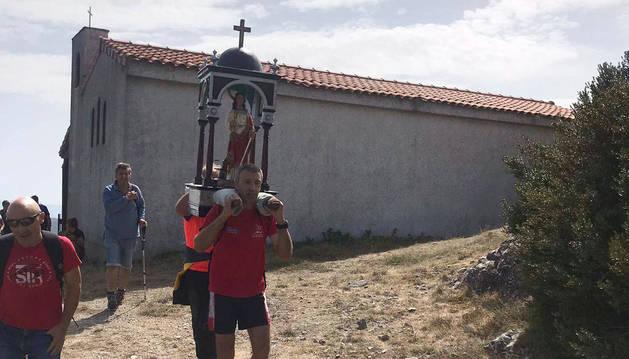 La imagen de Santa Bárbara, portada en andas.